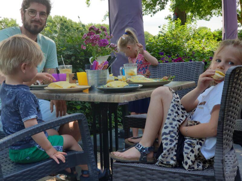 Op het terras met kinderen - dadventures.nl