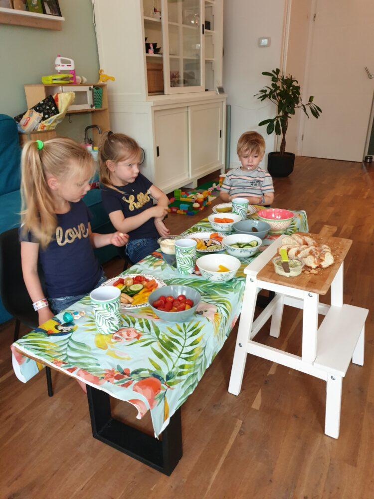 Eten aan de salontafel