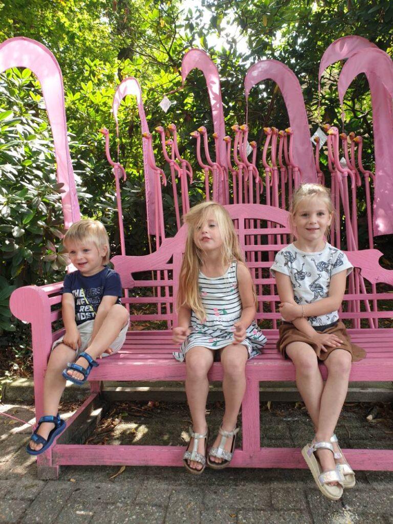 Lauren, Maxim en Estelle op een bankje