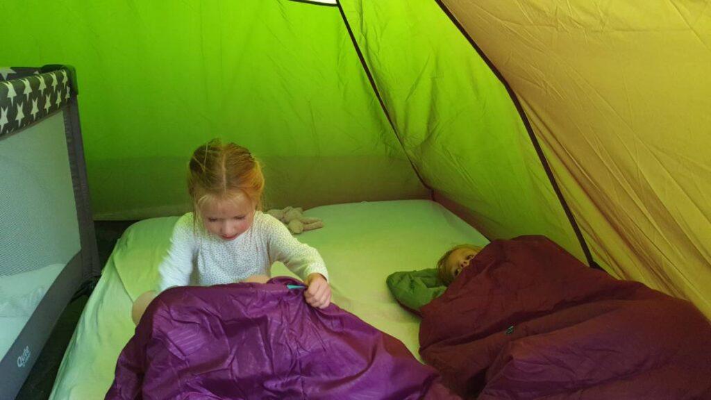 Lauren en Estelle in de tent