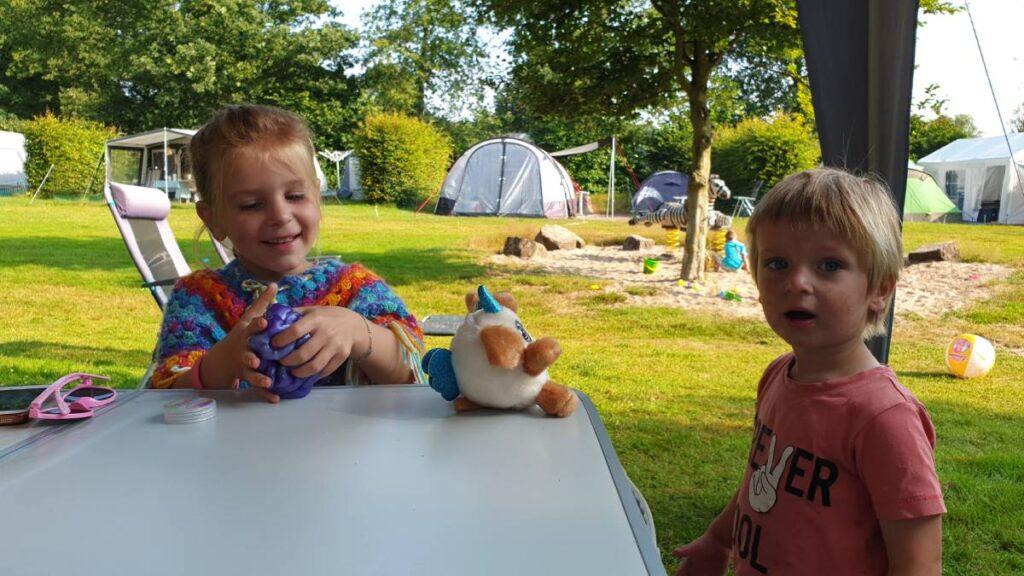 Lauren en Maxim op de camping